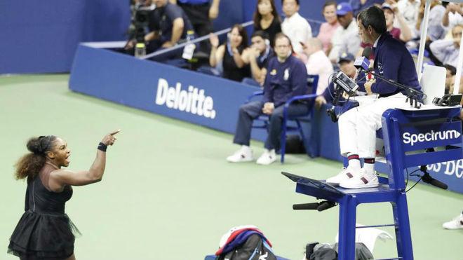 Serena Williams se dirige a Carlos Ramos.