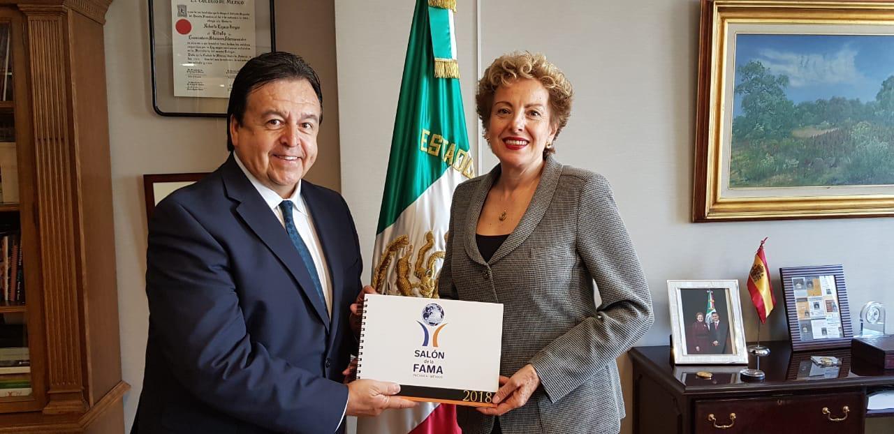 Antonio Moreno con la Embajadora de México en España, Roberta Lajous