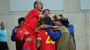 Ildefons Lima celebra junto a sus compañeros el gol del empate ante...