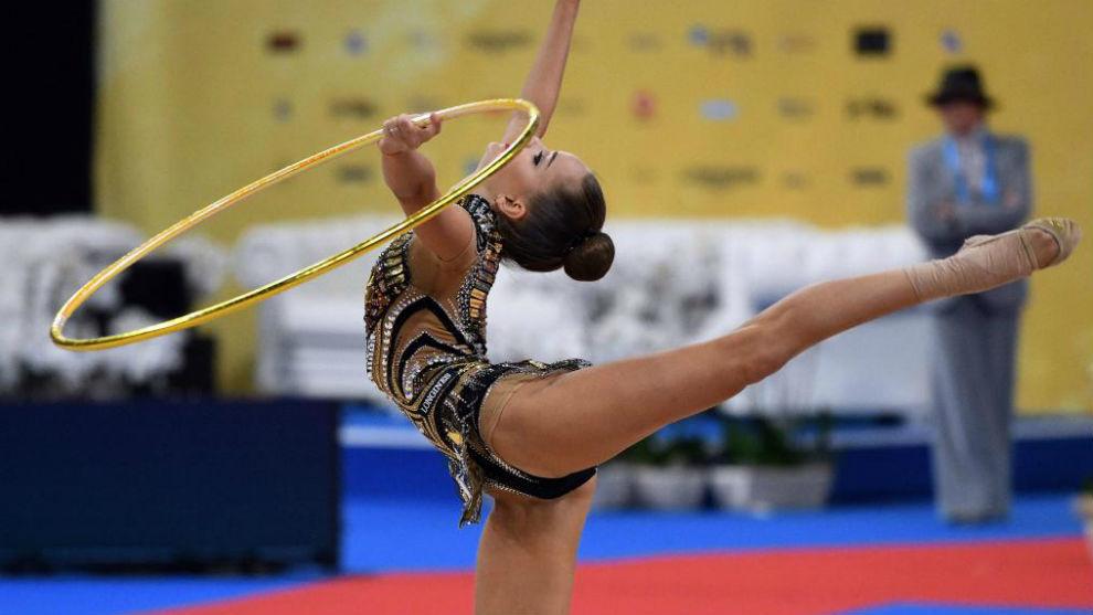 La rusa Dina Averina haciendo hoy el ejercicio de aro