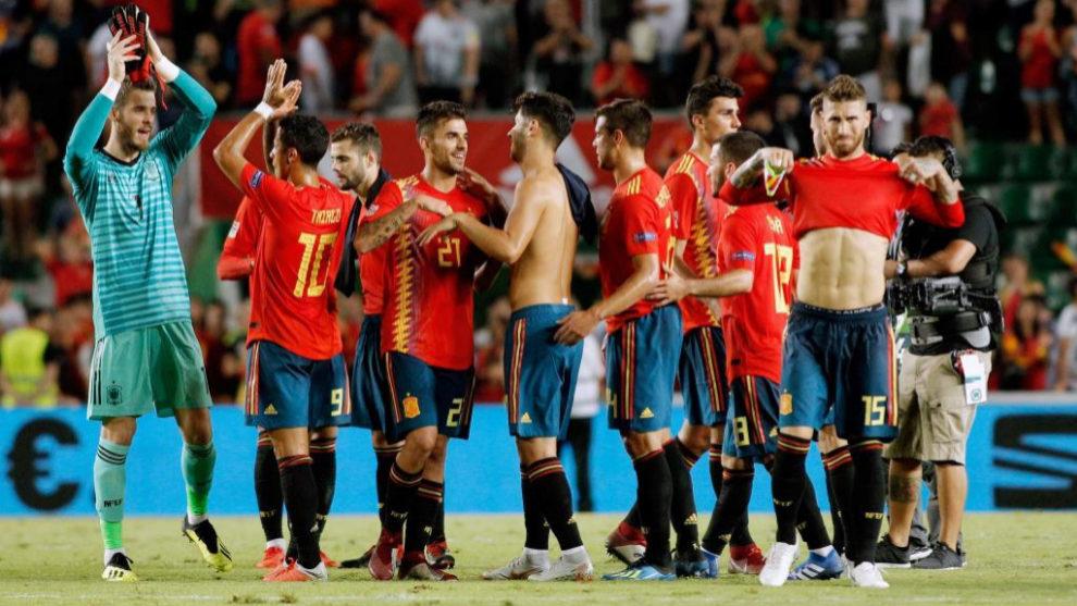 Los futbolistas de España aplauden a la afición del Martínez...