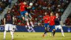 Saúl cabecea para hacer el primer gol de España