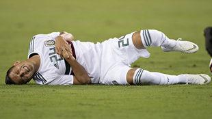 Roberto Alvarado tras recibir una falta en el duelo ante Estados...