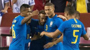 Los jugadores de Brasil celebran uno de los goles ante El Salvador.