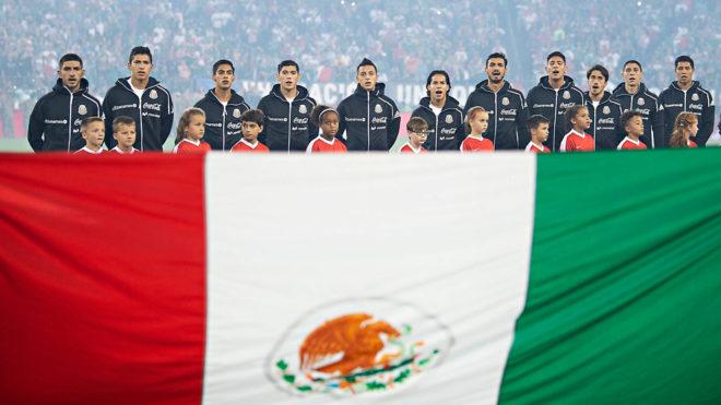 Los futbolistas cantan el Himno Nacional previo al duelo