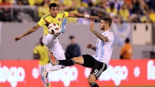 Murillo despeja un balón ante la presión de Icardi.
