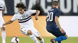Diego Lainez encara a Trapp en el juego ante Estados Unidos