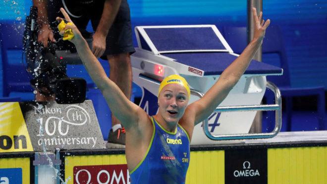 Sarah Sjostrom celebrando que batió el récord del mundo en 50...