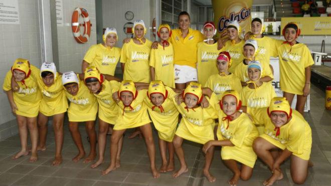 Mireia Belmonte junto a los miembros del Club Waterpolo Castelló.