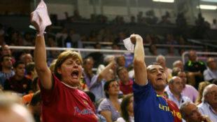 Aficionados azulgranas muestran sus pañuelos en señal de protesta en...