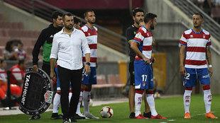 Diego Martínez, en la banda de Los Cármenes junto a varios jugadores