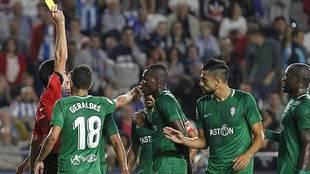 Sagues Oscoz amonesta Cofie en el partido del Sporting en Riazor