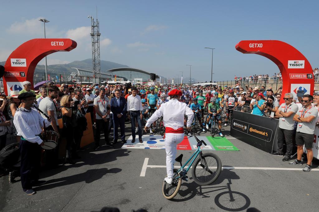 Un aurresku sobre la BMX para dar la bienvenida a la etapa en el País...
