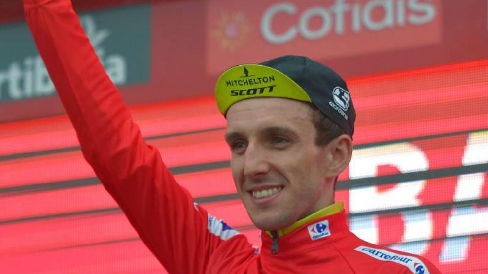 Simon Yates en el podio como líder de la general.