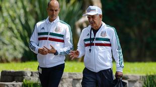 Guillermo Cantú y Ricardo Ferretti hablan durante una concentración...