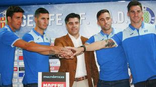 Nico Rodríguez, en el centro de la imagen junto a Mata, Guardiola,...