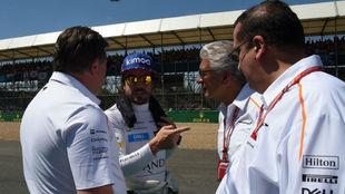 Zak Brown, Fernando Alonsoy Michael Latifi en el pasado Gran Premio de...