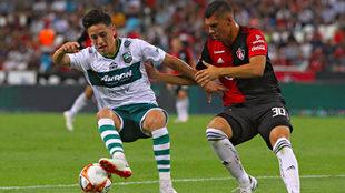 Oscar Macías y Carlos Robles, durante el partido de la jornada 1 de...