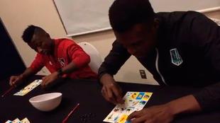 Clifford Aboagye y Jacob Akrong juegan lotería