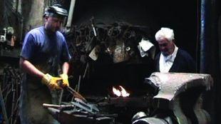 Purroy trabaja en su taller de escultura.