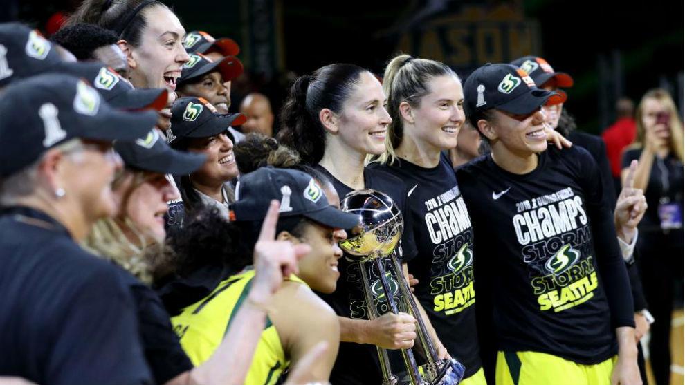 Las jugadoras de las Storm, con el trofeo de campeonas de la WNBA.