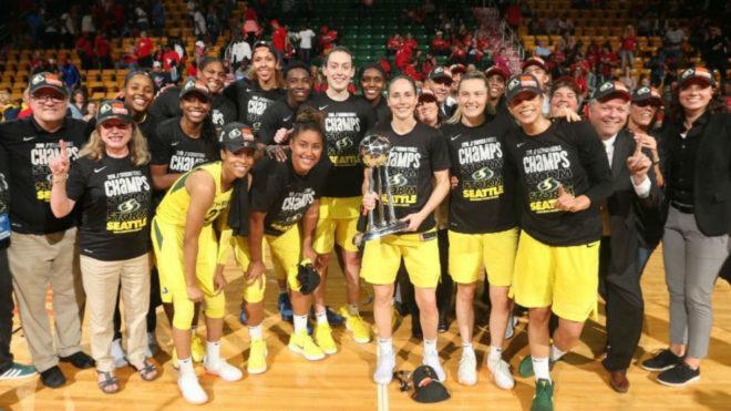 Las jugadoras de las Seattle Storm posan con el trofeo de campeonas de...