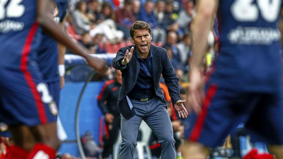 Rubi, da órdenes durante un partido en su etapa en el Levante.