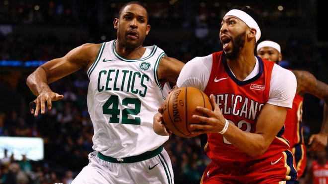 Anthony Davis defendido por Al Horford, de los Celtics