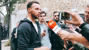 Stephen Curry atendiendo a los medios, entre ellos MARCA, en París