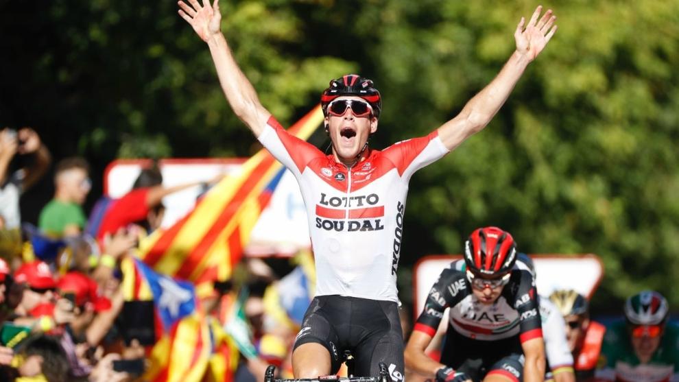 Jelle Wallays levanta los brazos en Lleida.