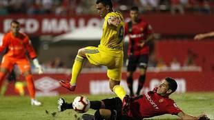 Fran Gámez se lanza al suelo ante Romera en el partido frente al...