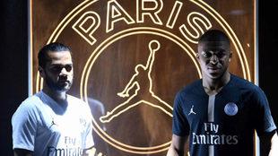 Dani Alves junto a Mbappé en la presentación de la nueva camiseta...