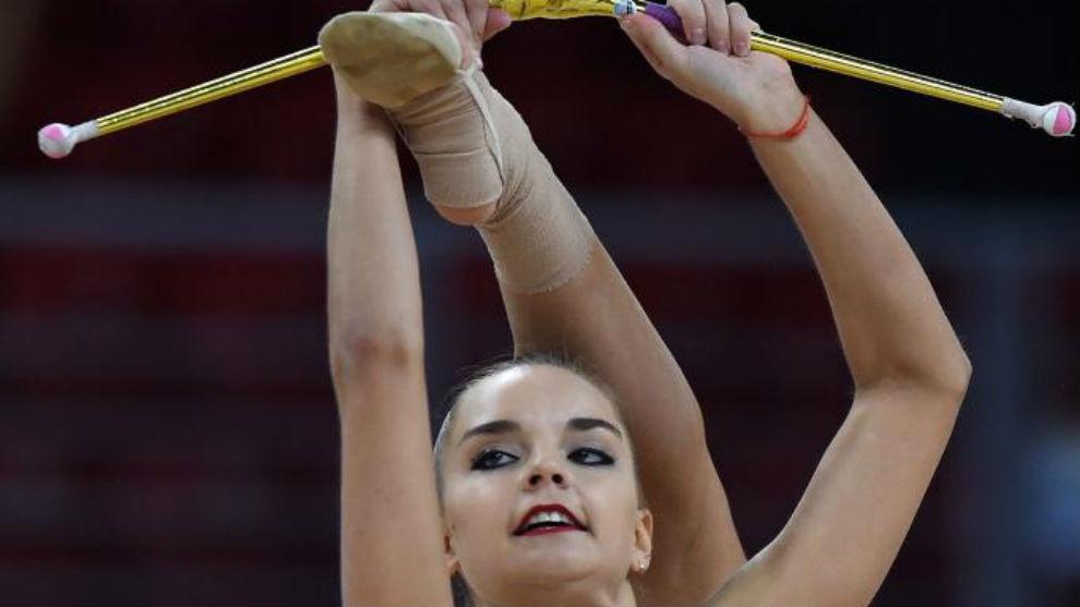 La gimnasta rusa Dina Averina ejecuta su ejercicio durante la ronda de...
