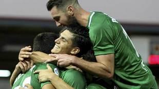 Los jugadores del Sporting celebran con Morilla el segundo gol en...