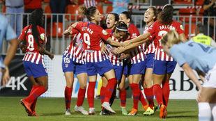 Las jugadoras del Atlético de Madrid celebran su gol ante el...