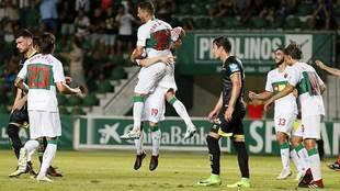 Jony Ñíguez celebra con sus compañeros el gol de penalti