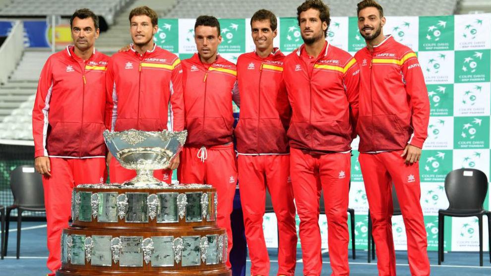 El equipo español posa delante de la Ensaladera