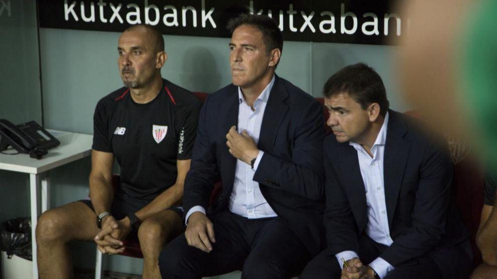 Berizzo, between his assistants Marcucci and Pablo Fernandez