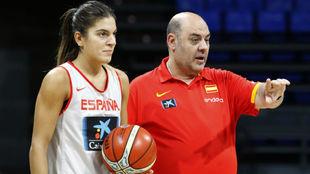 Marta Xargay, junto al seleccionador Lucas Mondelo, con el que...