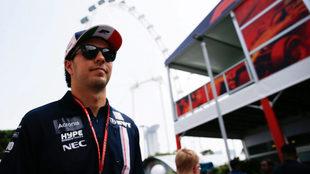 Sergio Pérez en su arribo al Gran Premio de Singapur.