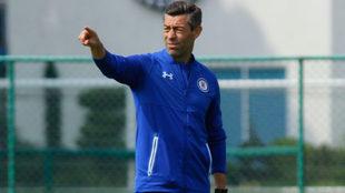 Caixinha da indicaciones en un entrenamiento del Cruz Azul.