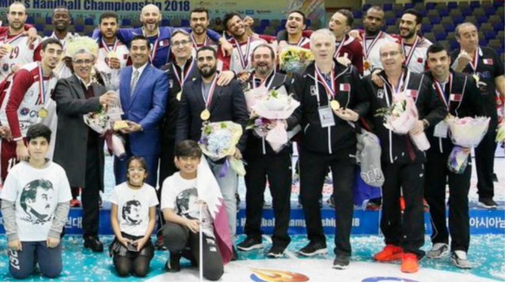 Manolo Montoya, cuarto por la derecha, con la selección de Qatar en...