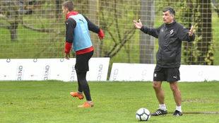 José Luis Mendilibar, en un entrenamiento del Eibar.