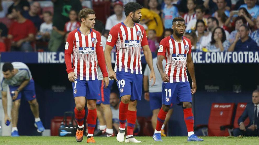 Griezmann, Costa y Lemar durante un partido de LaLiga Santander.