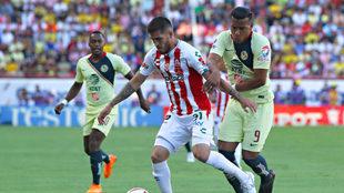 Ventura Alvarado protege el esférico de Roger Martínez