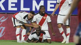 Los jugadores del Rayo Vallecano celebran el gol de Imbula