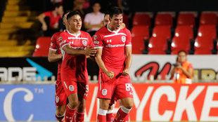 Adrián Mora celebra su gol en su debut con Toluca