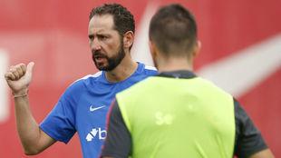 El técnico Pablo Machín (43) da instrucciones en un entrenamiento.