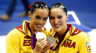 Andrea Fuentes, con Ona Carbonell, en los Juegos de Londres.