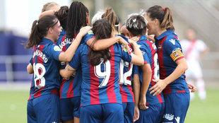 Las jugadoras del Levante celebrando un gol en la primera jornada de...